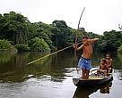 Garotos pescando no rio Iriri, na reserva extrativista Riozinho do Anfrísio, Altamira, Pará.
