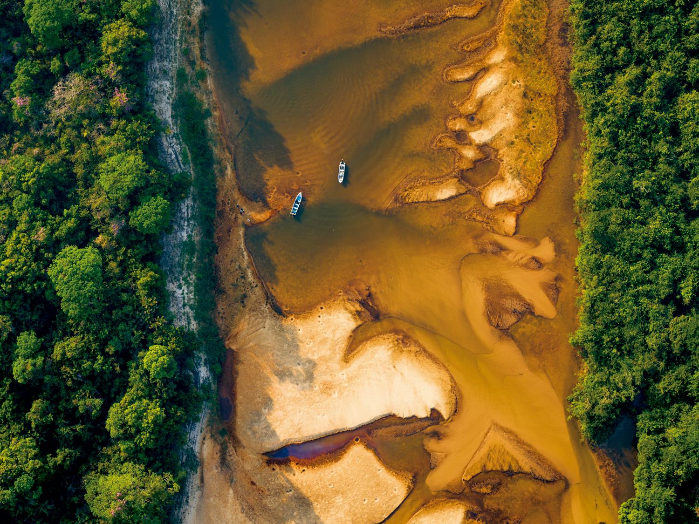Dunas, Manguezais e Caatinga: Vista aérea de um barco subindo o rio Cocó, Parque Estadual do Cocó, em Fortaleza - Ceará