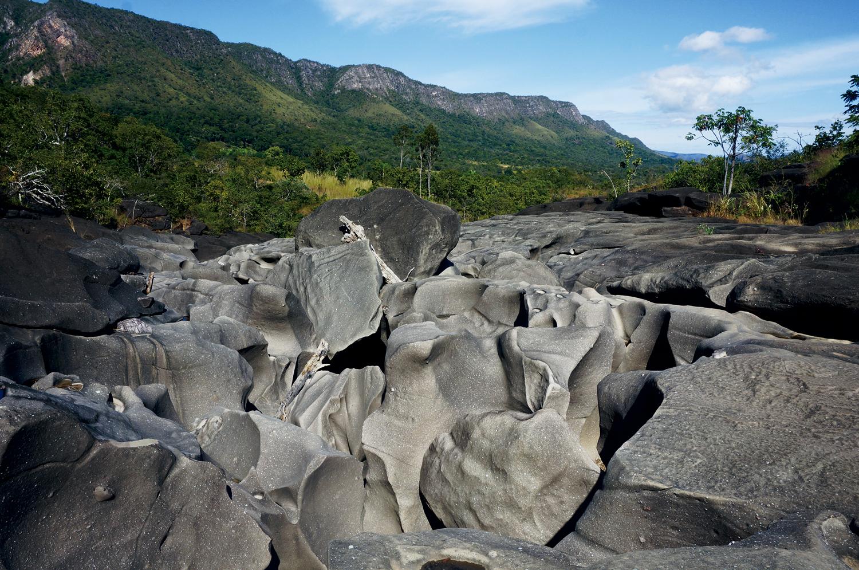 Cerrado: Vale da Lua, conjunto de formações rochosas cavadas nas pedras pelas corredeiras de águas transparentes do rio São Miguel, em Alto Paraíso de Goiás – Goiás