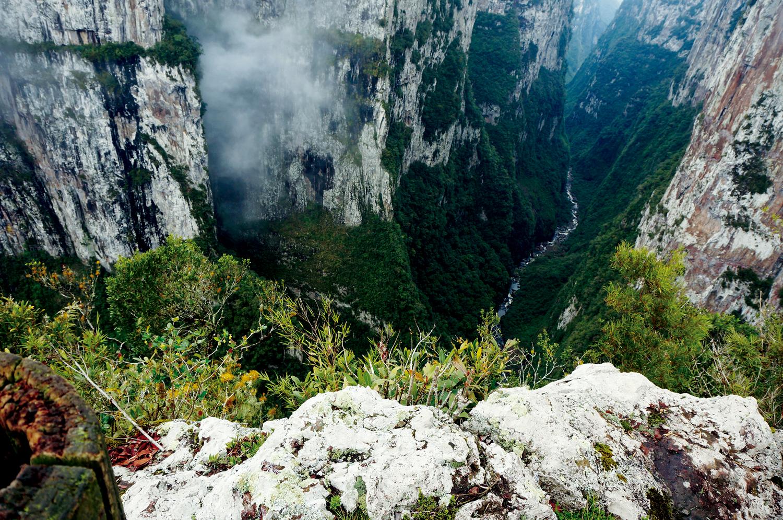 Pampas Gaúchos, Mata Atlântica e Florestas de Araucárias: Cânion Itaimbezinho no Parque Nacional Aparados da Serra, em Cambará do Sul - Rio Grande do Sul